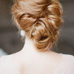 Dlhé, husté vlasy vyzerajú úžasne v asymetrickom nadvihnutom účese, akým je aj tento.