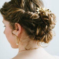 Tento neusporiadaný zatočený účes je skvelou voľbou pre prirodzene vlnité a kučeravé vlasy.